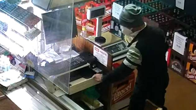 Vloupání do prodejny potravin vOlšanech na Šumpersku. Poznáte muže na snímku?