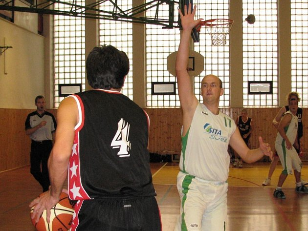 Petr Špunda (bez míče) bude Šumperku chybět, je zraněný.