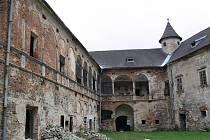 Práce na nové fasádě zámku v Branné začnou v pondělí 2. srpna, o měsíc a půl je zpozdil sondážní průzkum zbytků staré renesanční fasády