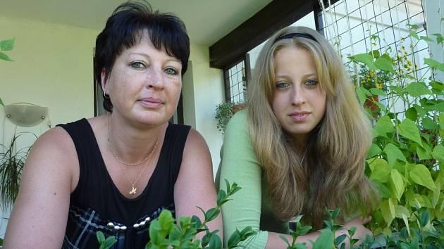 Kristýnka Balcárková z Leštiny (vpravo) včera oslavila patnáct let. Narodila se uprostřed nejhorší noci z pondělí na úterý 8. července 1997. Její maminku Milenu (vlevo) do porodnice vezli tatrou.