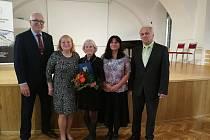 Oceněná knihovnice Květa Havlíčková při převzetí ocenění.