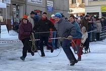 Závod čtyřspřeží s lidskou posádkou přilákal v neděli 30. ledna na náměstí  početné publikum a sedm závodních posádek, některé zdatně maskované a s velmi netradičními vozítky