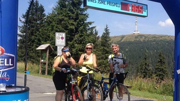 Cyklisté u Birell brány na Ovčárně podpořili handicapované