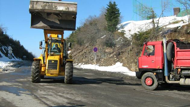 Těžké stroje se 1. dubna zakously do safaltu silnice na vrcholu Červenohorského sedla. Hlavní spojnice ze Šumperka do Jeseníku je neprůjezdná. Cesta se otevře až 1. listopadu.