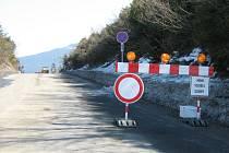 Cedule jasně varuje. Od vrcholku Červenohorského sedla je silnice ve směru na Jeseník neprůjezdná.