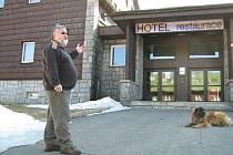 František Halaxa vůj hotel uzavřel a zaměstnance propustil. Kvůli rekonstrukci cesty přišel o svou klientelu.