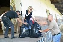 Z rampy u nádraží putují pytle s věcmi charistní sbírky rovnou do dvou přistavených vagonů