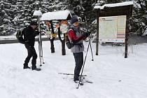 Běžkaři se připravují na vyjížďku po čerstvém sněhu ze sedla Skřítek v Jeseníkách 14. dubna 2021