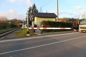 Kamion na přejezdu v Bludově přerazil závoru