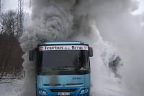 Hasiči likvidují požár autobusu