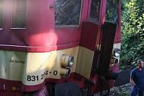 Zničený vlak po nárazu soupravou, která ho měla odtáhnout