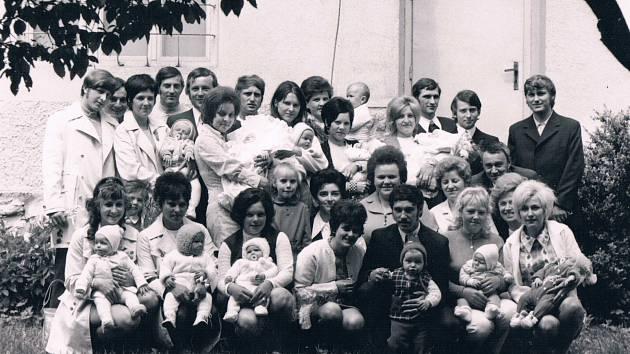VÍTÁNÍ OBČÁNKŮ. Slavnostní přivítání nejmladších obyvatel obce. Fotografie byla pořízena vroce 1974.