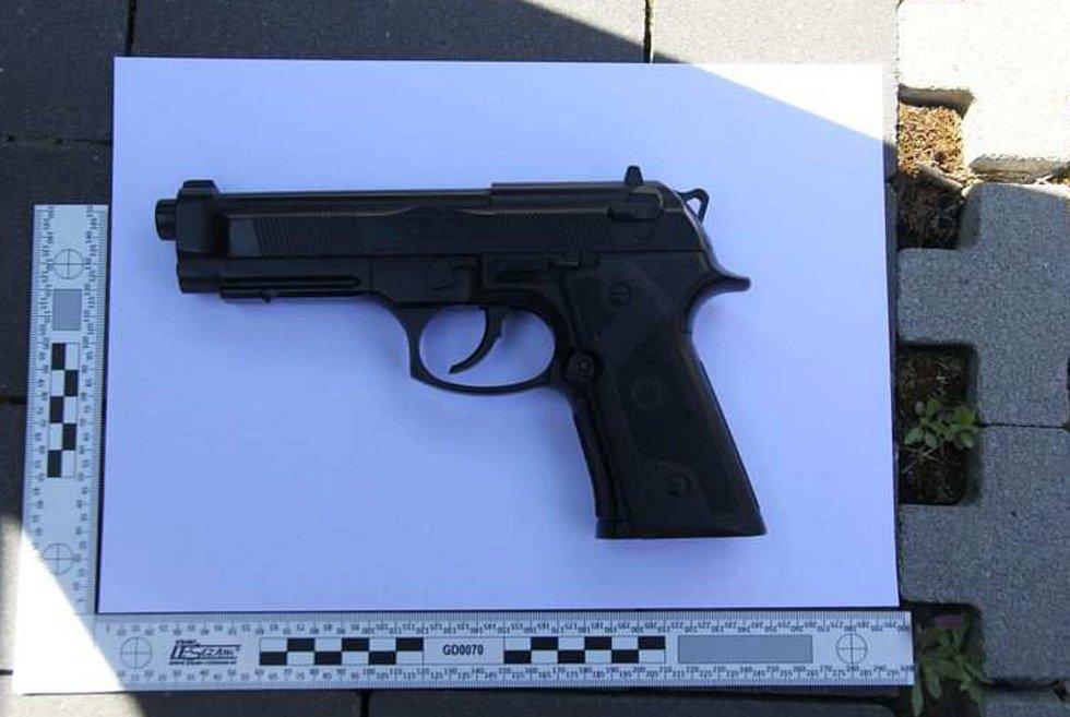 S touto airsoftovou pistolí přepadla ve středu mladá žena prodejnu elektra v Zábřehu.