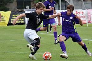 Fotbalisté Mohelnice (fialové dresy) proti Zábřehu. Ilustrační foto
