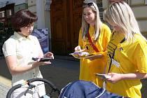 Do celonárodní sbírky Ligy proti rakovině se v Šumperku zapojily studentky zdravotnické školy