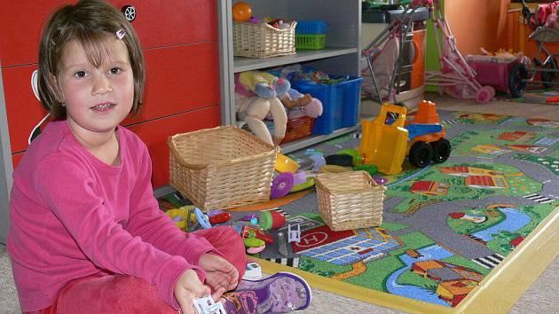 Všude je plno hraček, jen stolečky a židle jsou menších rozměrů než obvykle. Vešli jste právě do soukromé mateřské školky Tkanička ve Vikýřovicích
