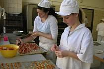 Studenti Střední odborné školy gastronomie a potravinářství v Jeseníku pečou vánoční cukroví