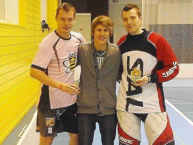 Zleva Josef Andrle (nej střelec 39 branek), David Braun (ředitel soutěže) a Martin Vašíček (nej gólman).