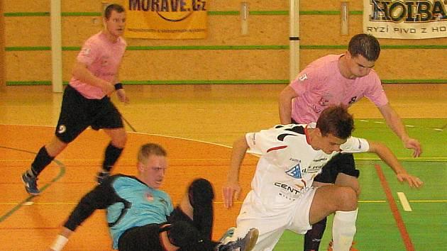 Šumperští futsalisté v bílých dresech.
