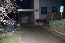 Poničení obkladů na budově zdravotnického zařízení na nám. Svobody v Šumperku