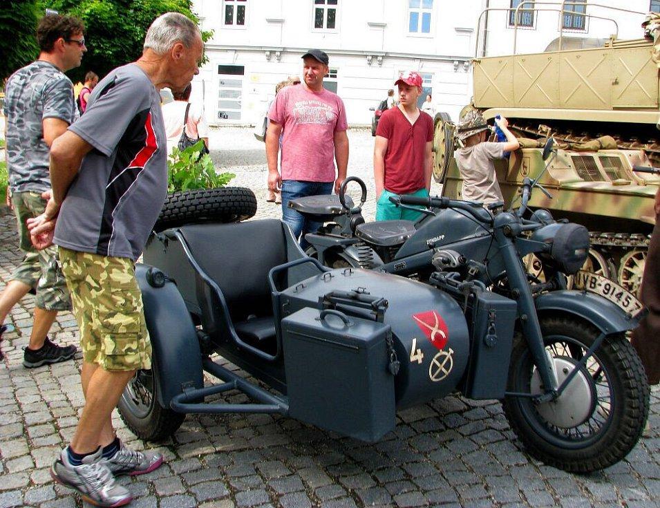 Sraz historických vojenských vozidel na náměstí v Zábřehu
