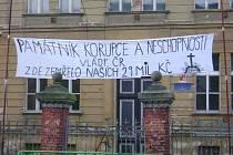 Protestní transparent u budovy ve Vidnavě, v níž měla vzniknout věznice.