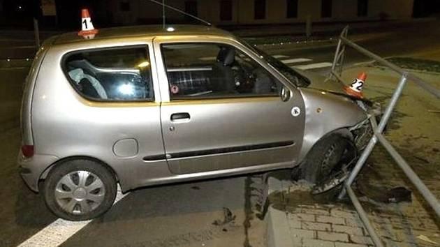 Třicetiletý muž, který usedl za volant s dvěma a čtvrt promile alkoholu, ukončil v sobotu ráno ve Vikýřovicích svou jízdu nárazem do kovového zábradlí.