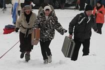 Při festivalu Welzlování lidé s kufrem běhali na kopci Humenec v Zábřehu.