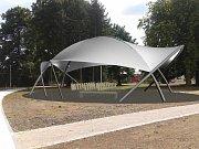 č. 5. Archtex. Takto altán pro Šumperk navrhla pražská firma Archtex, jedná se o kovovou konstrukci zastřešenou speciální textilií. Záměr zastupitelé neschválili.