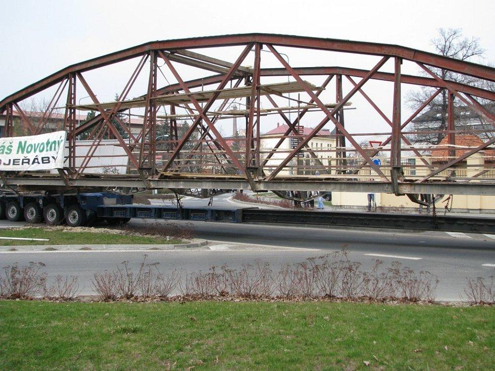 Šumperkem projel osmdesátitunový most