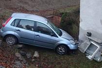Vůz v Třeštině narazil do hlavního uzávěru plynu u rodinného domu.