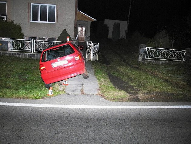Opilá řidička se netrefila do brány