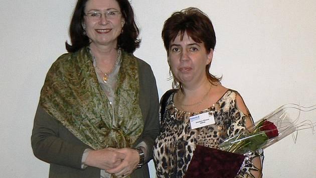 Oceněná pečovatelka Jaroslava Klímová (vpravo) s předsedkyní Poslanecké sněmovny Miroslavou Němcovou