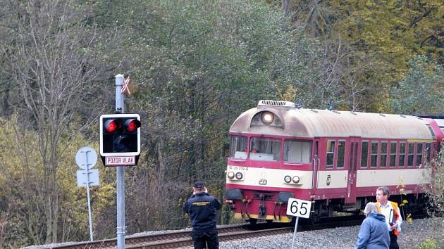 Spěšný vlak z Jeseníku do Olomouce projel ve čtvrtek 6. listopadu před půl sedmou ráno kolem návěstidla Stůj při příjezdu do Bludova.