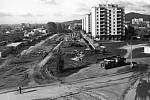 POHLED NA STAVENIŠTĚ. Výstavba průtahu Šumperkem, pohled na dnešní ulici Jesenickou od křižovatky sulicí Hybešovou ve směru do města.