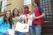 Studentskému týmu s projektem pomáhala jejich učitelka Ludmila Divišová (uprostřed).