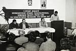 Pohled na předsednický stůl při projevu Karla Jáněta při plenárním zasedání místního národního výboru Sudkov v 80. letech 20. století. Schválena byla mj. stavba prodejny v akci Z. Upravený státní znak nechyběl
