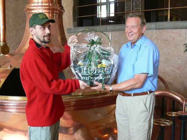 Jubilejní návštěvník Jan Hurt přebírá dárek od předsedy představenstva Holby Zdeňka Konečného.