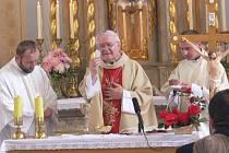 Biskup Josef Hrdlička posvětil obci Rovensku vyšívaný prapor.