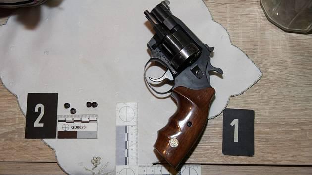 Zajištěná zbraň, ze které střílel muž v Libině.
