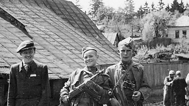 Jednou z rarit knihy Zábřežáci je fotografie rudoarmějců z roku 1945, z nichž jeden je nedospělý kluk