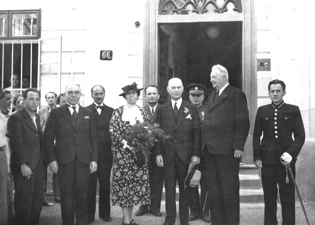 10. srpna 1938. Americký velvyslanec Clarr při návštěvě v Lošticích – stojí vpravo od dámy s kyticí, své ženy. Sigmund Knöpfelmacher je na snímku zcela vlevo.