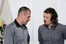 Kapitán Draků Aleš Holík (vlevo) v rozhovoru s lyžařem Ondrou Bankem na vyhlášení nejlepších sportovců.