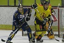 Hokejové derby mezi Uničovem (žluté dresy) a Šumperkem.