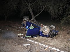 Z Volkswagenu Golf zůstal po nárazu do dvou stromů jenom vrak. V troskách zemřeli dva mladíci ve věku devatenácti a jednadvaceti let.