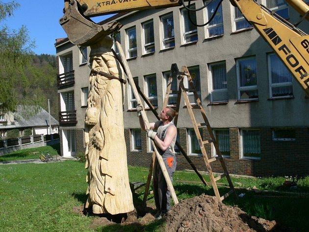 Třímetrový dřevěný král hlídá od 28. dubna zahradu před školkou v Loučné nad Desnou.