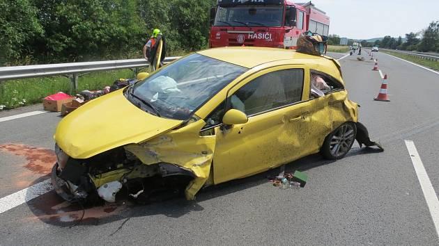 Následky nehody na dálnici D35 u sjezdu na Palonín