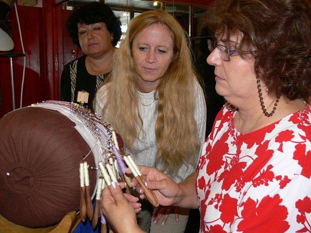 Od páteční jedné hodiny odpolední se krajkářky v Mohelnici pokoušejí o zápis do české knihy rekordů.
