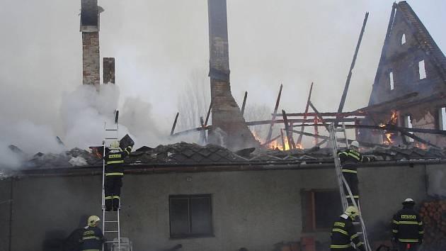 Pozůstatky chalupy v Chrasticích, kterou zničil požár.