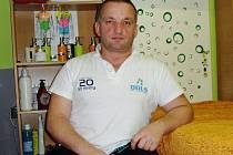 Těžký úraz ho před dvaceti lety připoutal na invalidní vozíček. Dušan Ščambura však nepřízni osudu nikdy nepodlehl. Začal vrcholově sportovat a díky profesi maséra pomáhá druhým od bolesti.